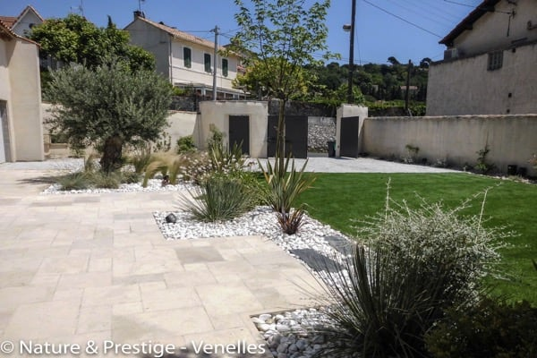Une terrasse en pierres de Bourgogne par Nature et Prestige