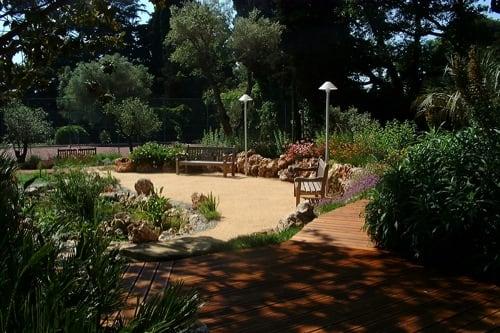 Aménagement d'une rocaille de vivaces et bassin d'agrément en Provence