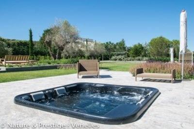 Installation d'un spa extérieur sur une terrasse en Provence