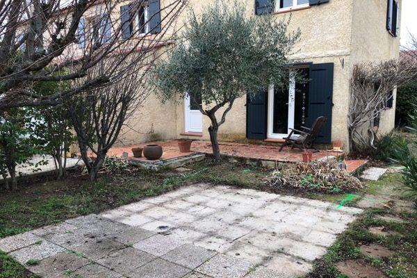 Petit espace jardin terrasse avant rénovation à Auriol 13