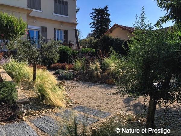 petit jardin avec vivaces méditerranéennes, quelques plantes exotiques est quelques graminées ornementales