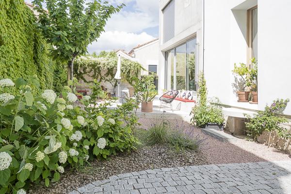 végétation méditerranéenne offrant un panel de plantes à la fois résistantes à la sécheresse et avec une floraison abondante