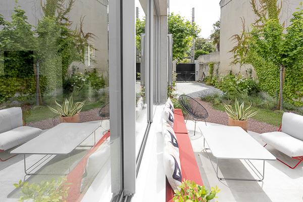 Un petit jardin au coeur de Marseille, ici la terrasse et le jardin se reflétent dans la vitre