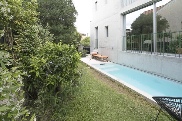 Pelouse de Lippia en bord de piscine